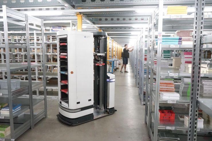 比亚马逊仓库机器人还牛?德国移动仓库机器人 TORU 可以自己挑选货物